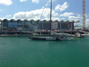 NZ Auckland man kann zweimal am Tag mit einer alten AC Yacht im Hafen von Auckland segeln