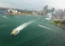Sydney viel Faehrverkehr an der Oper