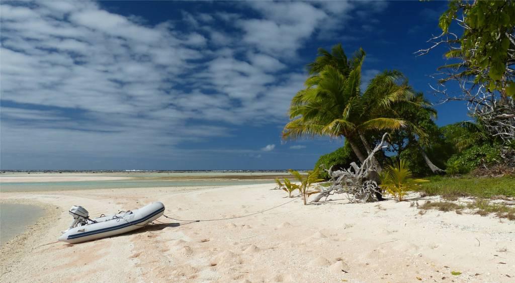 17 Makemo MariChen parkt im weissen Sand