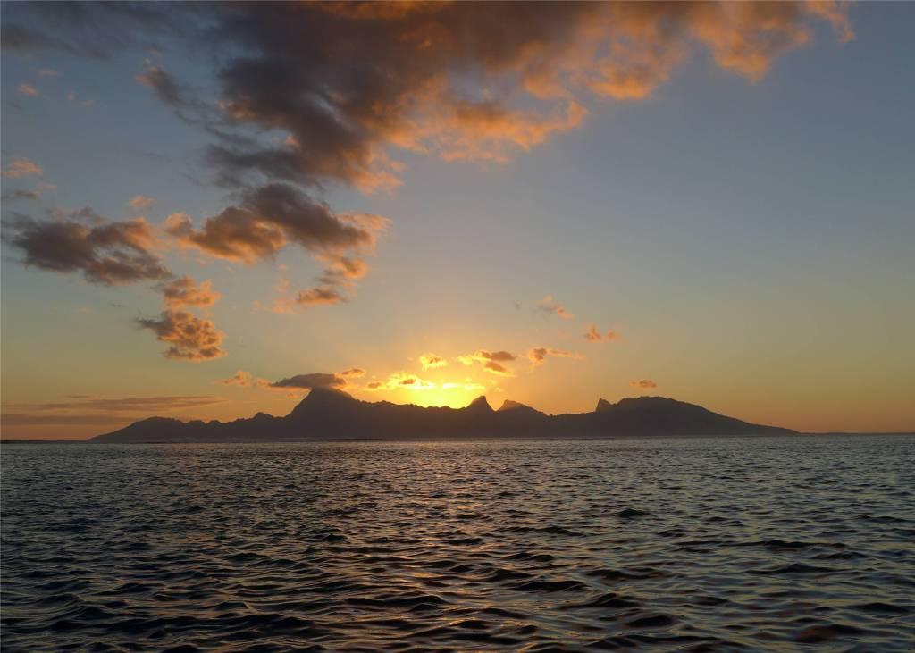 24 Sonnenuntergang mit Moorea in der Hauptrolle